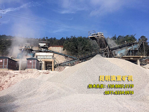 碎石生产线现场的成品料堆局部图